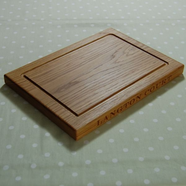Engraved oak chopping board, size 25x35x2.7cm, font Engravers MT