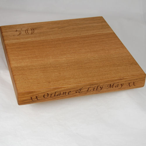 Engraved oak cheese board, sixe 30x30x4cm, font Art Script