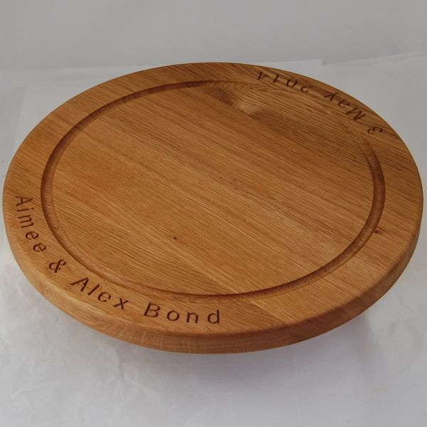 Engraved oak chopping board, size 38 dia x 2.7cm, font Arial