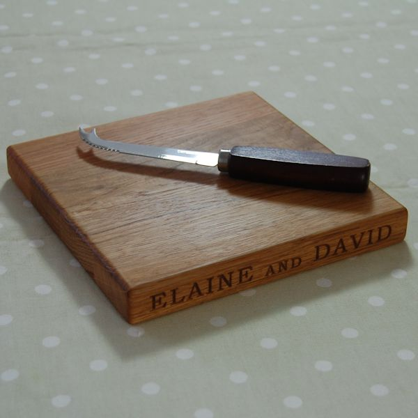 Engraved personalised cheese board, size 20x20x2.7cm, font Bookman Old Style