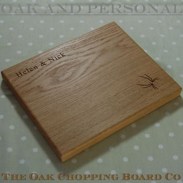 Personalised wooden cheese board, size 25x30x2.7cm, font Times New Roman, spider motif