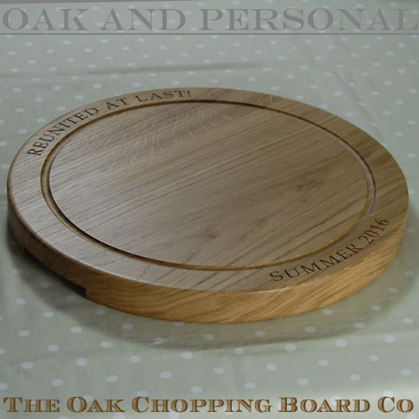Engraved wooden chopping board, size 42.5 dia x 4cm, font Book Antiqua